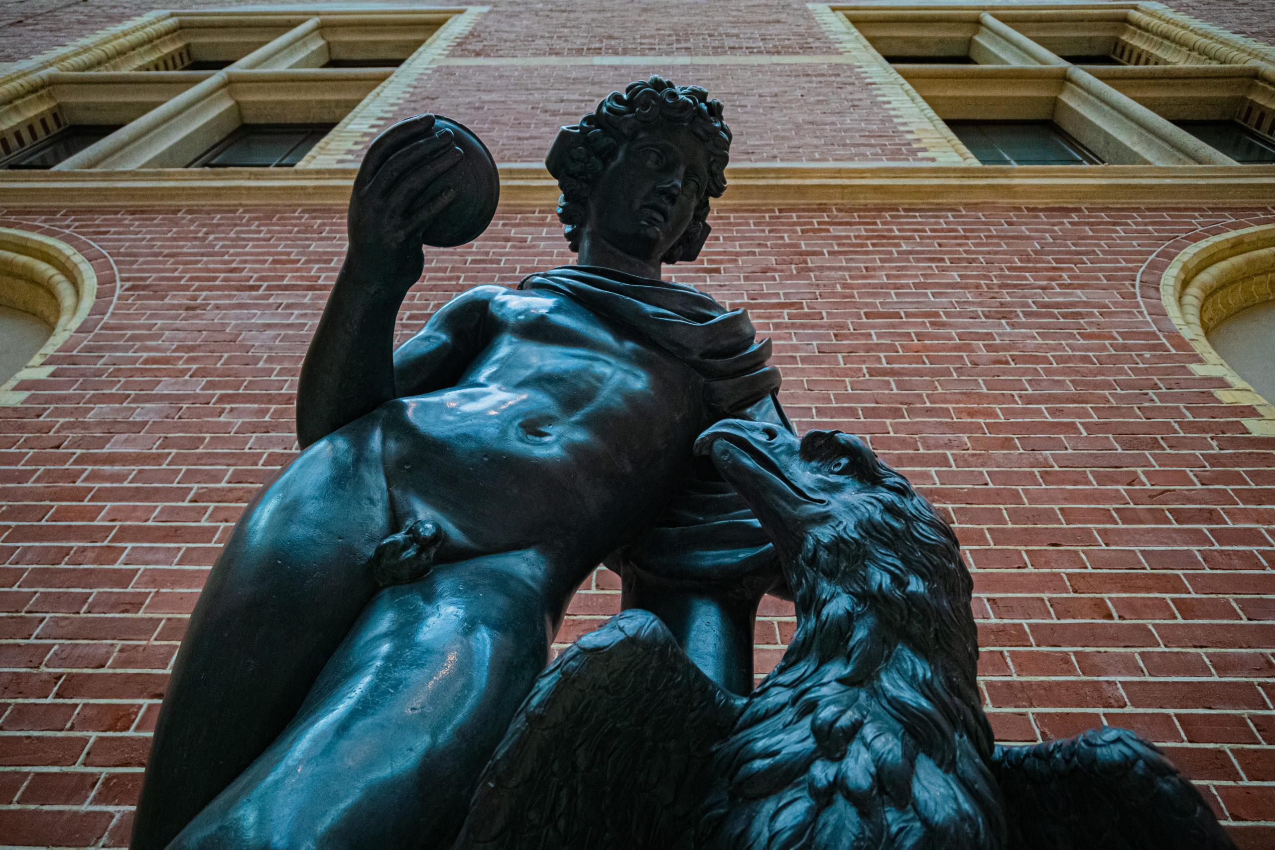 Statue en bronze d'un homme et d'un aigle issue du hall du Rijskmuseum