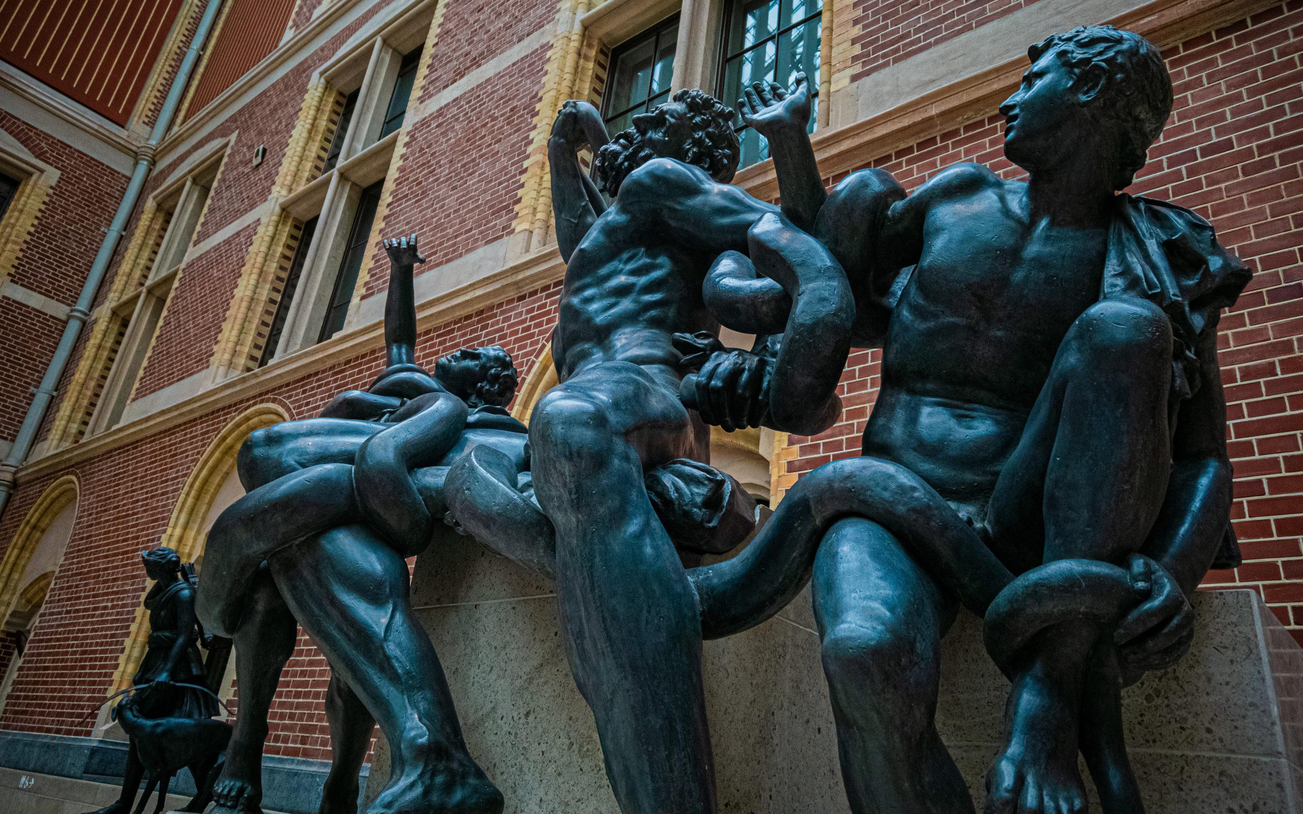 Statue en bronze de plusieurs Hommes entrelassés par un serpent issue du hall du Rijskmuseum