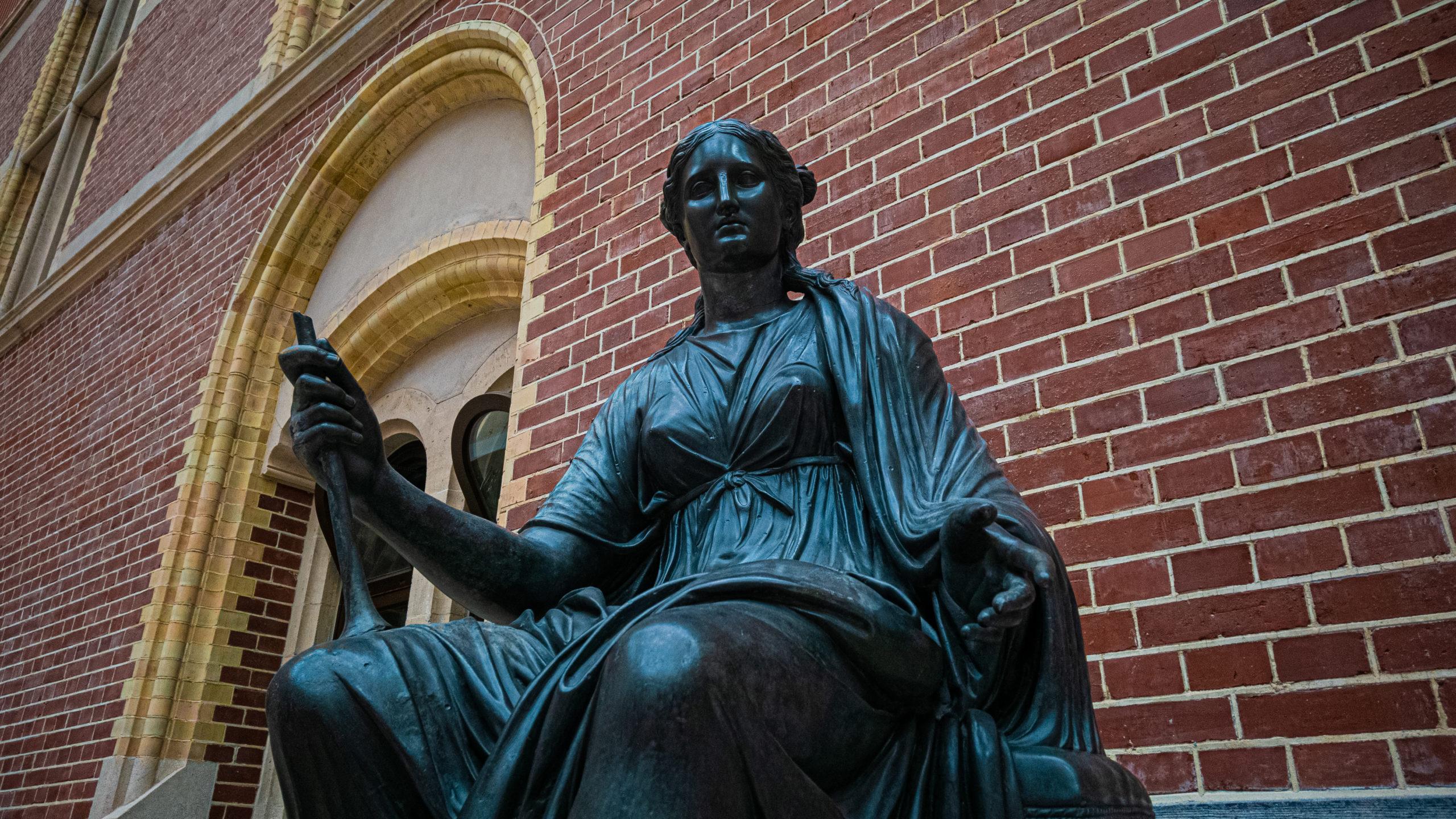 Sculpture de bronze d'un femme issue du hall du Rijskmuseum
