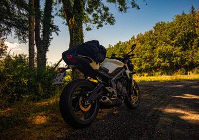 Photo de derrière de La Borgne, moto roadster Triumph Street Triple S 660 A2 35Kw, vers la Chaise-Dieu en Haute-Loire (Auvergne)