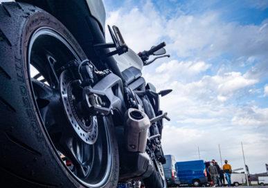 Photo de ma Triumph Street Triple S 660 A2 35Kw (47.5ch) de 2020 en contre plongée arrière avec vision sur le circuit d'Issoire (CEERTA) depuis le flanc d'un pneu Pirelli Diablo Rosso III.
