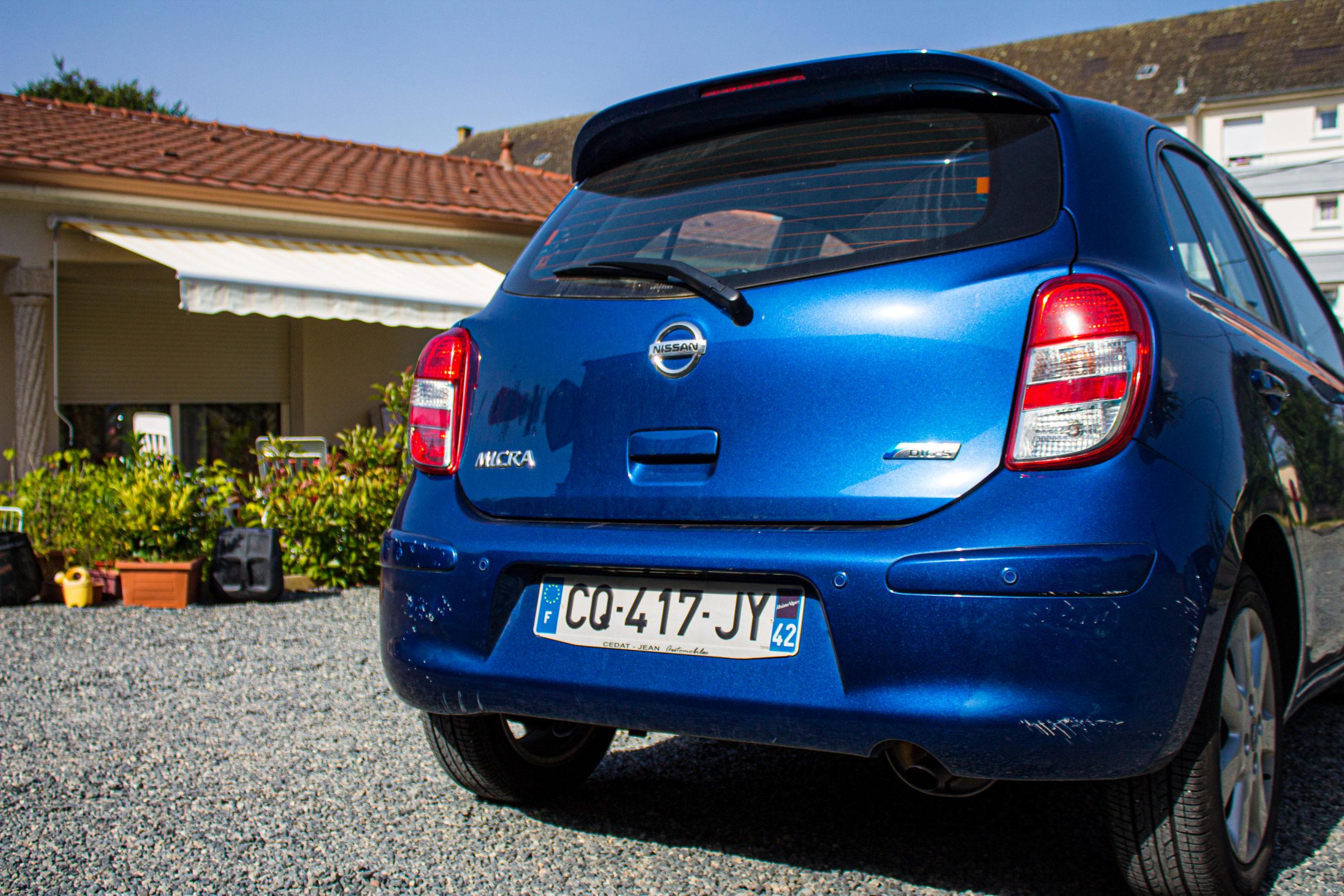 Face arrière de Nissan Micra de 2013 moteur essence de 98 chevaux, édition connect avec GPS
